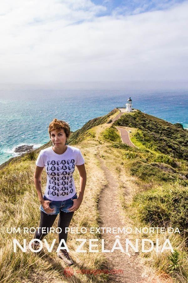 A trilha para o Cape Reinga pode durar de 3 a 4 dias. Ela passa pela Ninety Mile Beach, pelas dunas de Te Paki, até chegar ao ponto mais ao norte da Nova Zelândia, o Cape Reinga. Na foto, uma mulher de cabelos curtos olha para a câmera. Ao fundo, o cape Reinga se encontra, onde o Mar da Tasmânia se encontra com o Oceano Pacífico.