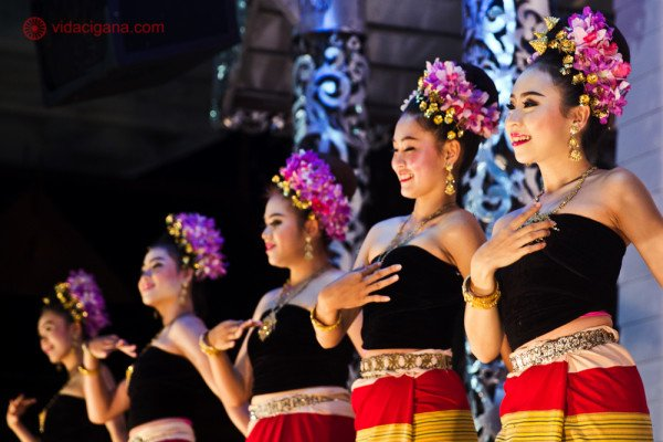 Dançarinas em roupas tradicionais se apresentando em Chiang Rai Tailândia