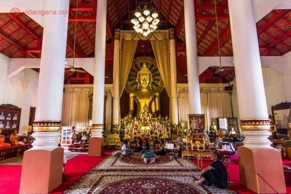 O que fazer em Chiang Mai: O interior de um templo budista em Chiang Mai com paredes brancas