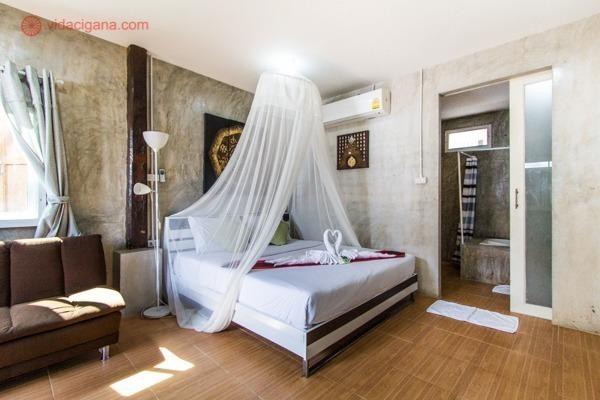 O quarto de um hotel em Chiang Mai, com uma cama de casal com mosquiteiro