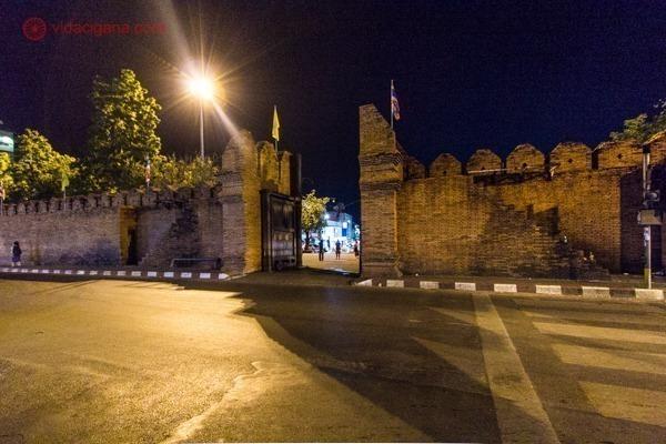 O que fazer em Chiang Mai: A muralha da cidade de noite