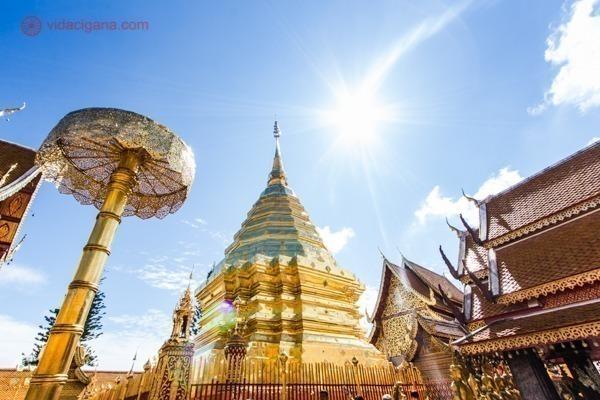 Uma estupa dourada de um dos templos mais bonitos da Tailândia. Tudo reflete ouro