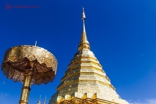 A estupa dourada de um templo budista em Chiang Mai