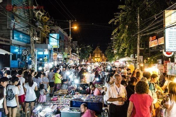 Um feira noturna em Chiang Mai repleta de turistas e barraquinhas