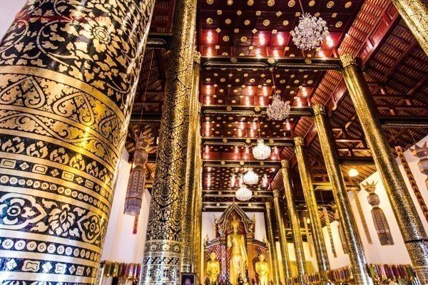 Colunas douradas dentro de um templo budista em Chiang Mai