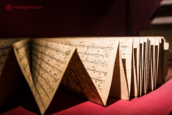 Um papiro escrito em tailandês em um museu de Chiang Mai