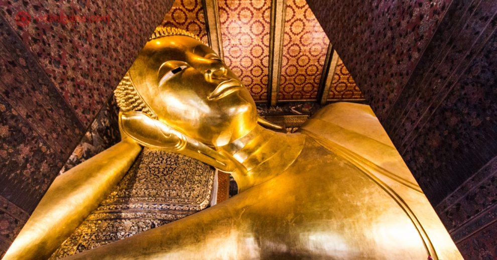 estátua do Buda dourado dentro do Wat Pho em Bangkok