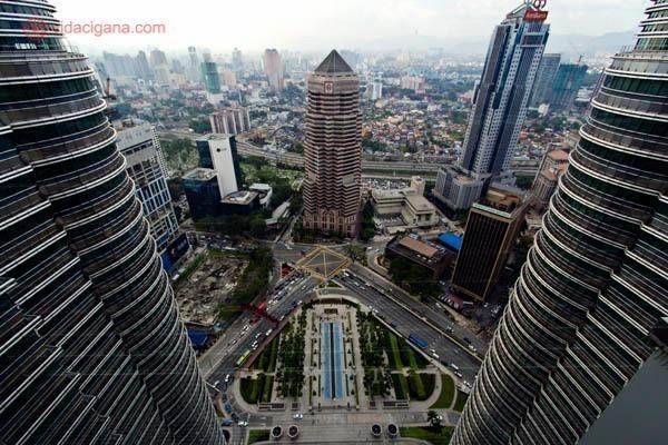 Imagem do alto mostrando o centro novo de kuala lumpur visto do alto das torres petronas
