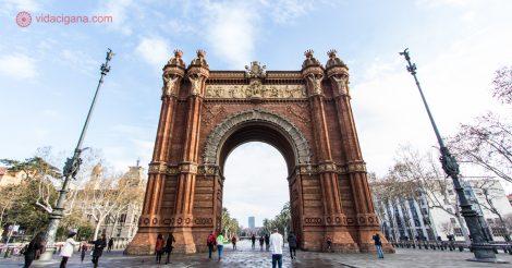 Onde ficar em Barcelona: o Arc de Triumfe em Barcelona, um arco do triunfo nas cores ocre e dourado
