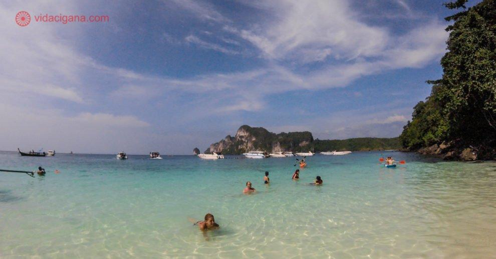 Ilhas Phi Phi Tailândia: Monkey Bay com suas águas transparentes e verdes, com barcos ao fundo e pessoas nadando