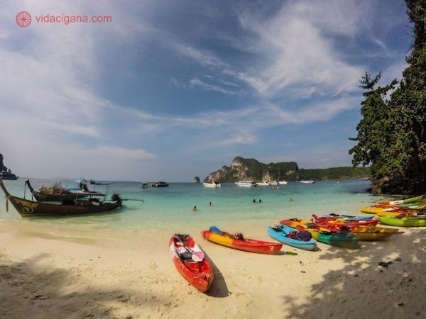 Monkey Bay com seus vários caiaques na areia, mar claríssimo e verde