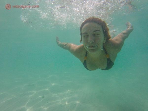 Mulher nadando em águas transparentes na Tailândia