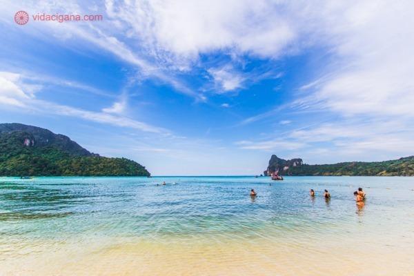 Ko Dalum Bay, com suas areias claras, mar azul e cercada de ilhas