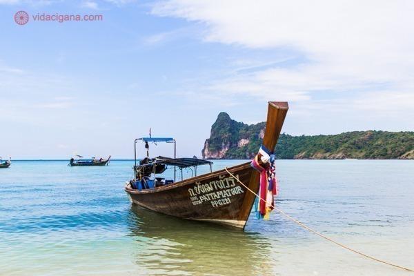 Um barco longtail parado nas águas de Koh Phi Phi