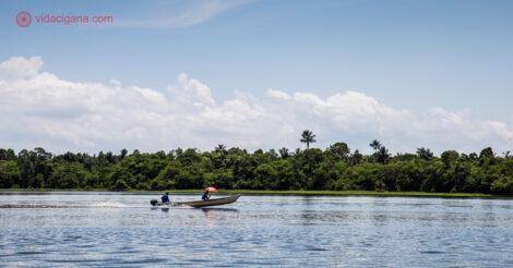 Em um dos passeios em Manaus vimos a imensidão da Floresta Amazônica como vista nesta foto, onde um barquinho segue o fluxo do Rio Amazonas com a floresta ao fundo.