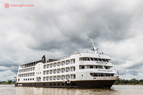navio de cruzeiro da iberostar navegando pelo rio solimões com o céu nublado e cinza e águas marrons