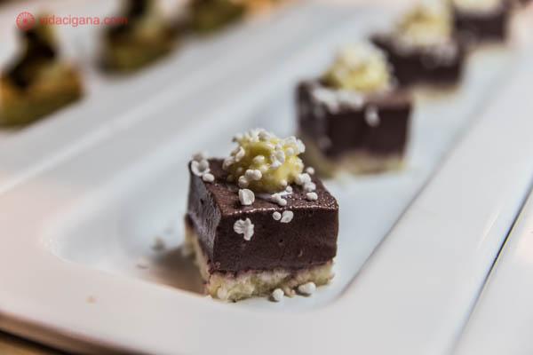 sobremesa de chocolate mousse com biscoito e creme