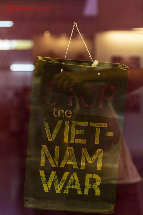 "Placa escrita ""Stop the Vietnam War"", que significa ""Pare a Guerra do Vietnã"""