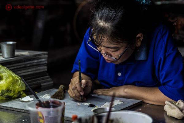 Mulher vietnamita usando óculos fazendo trabalhos artísticos próximo a Cidade de Ho Chi Minh, no Vietnã