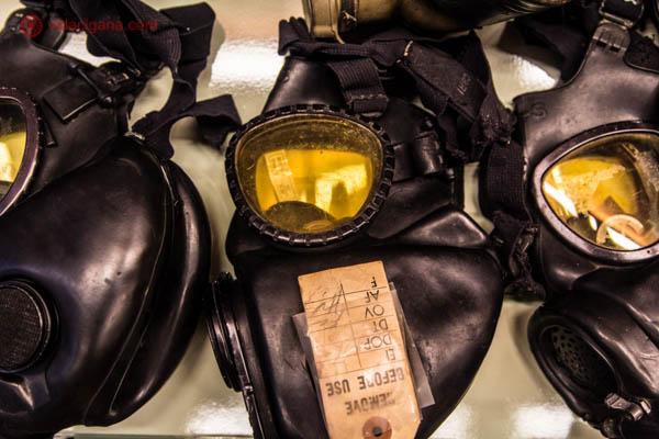Máscaras de gás pretas com a área dos olhos amarelas, ainda com etiquetas sem nunca terem sido usadas. Essas máscaras foram capturadas dos americanos pelos vietnamitas durante a Guerra do Vietnã. Essas máscaras estão expostas no War Remnants Museum, na Cidade de Ho Chi Minh, no Vietnã.