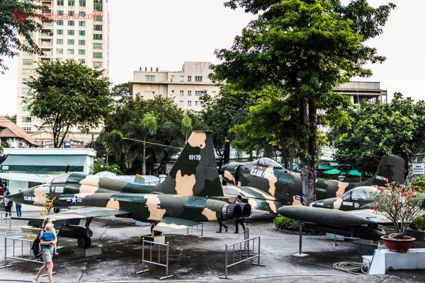 Pátio do War Remnants Museum, na Cidade do Ho Chi Minh no Vietnã. Na foto, vários caças e helicópteros americanos capturados durante a Guerra do Vietnã.