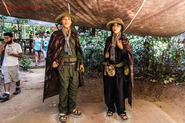 Dois manequins representando o exército vietcongue durante a Guerra do Vietnã. Esses manequins estão no meio da selva em Cuchi, próximo a Cidade de Ho Chi Minh, no Vietnã. Estão debaixo de uma estrutura de madeira e palha e vestido a carater, com roupas camufladas e chinelos feitos de roda de caminhão.