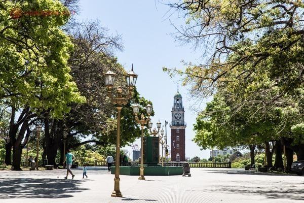 A plaza San Martín, em Buenos Aires com o relógio inglês ao fundo