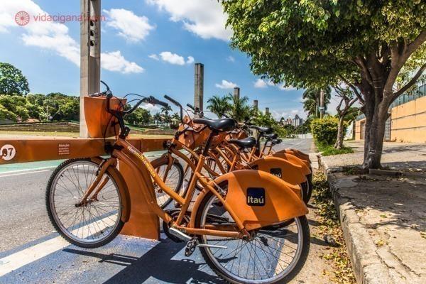 As bicicletas do Itaú, disponíveis para alugar na Pampulha e perfeitas para conhecer o conjunto arquitetônico da Pampulha, em Belo Horizonte.