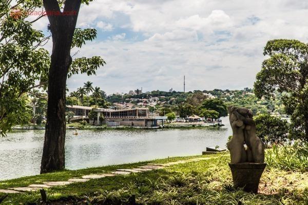 O Iate Tênis Clube visto a partir dos jardins do antigo Cassino, edifício mais polêmico no processo de reconhecimento do conjunto arquitetônico da Pampulha como patrimônio mundial da UNESCO