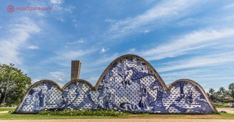Fachada de fundos da igreja de são francisco de assis, a obra mais conhecida do conjunto arquitetônico da pampulha, projetado por Oscar Niemeyer, em Belo Horizonte.