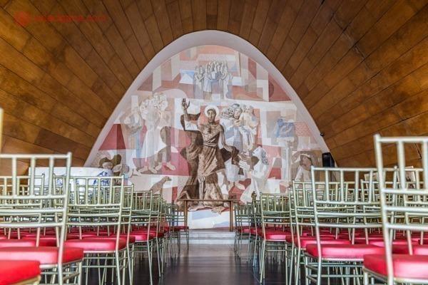 O interior da igreja da Pampulha com painéis de Cândido Portinari em Belo Horizonte.
