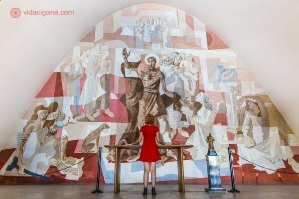 O lindo painel de Cândido Portinari no interior da Igreja da Pampulha, parte do conjunto arquitetônico da Pampulha, em Belo Horizonte. Uma mulher de vermelho se destaca em frente ao altar.