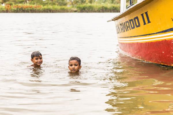Dois meninos nadam em Brejo Grande, cidade nas margens do rio São Francisco, em Sergipe.