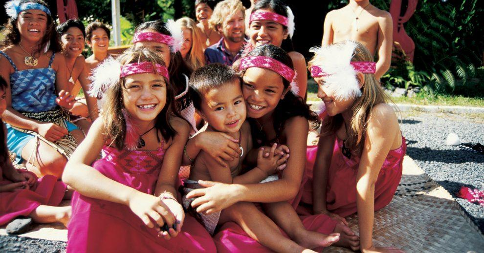 Crianças maori vestidas de rosa.