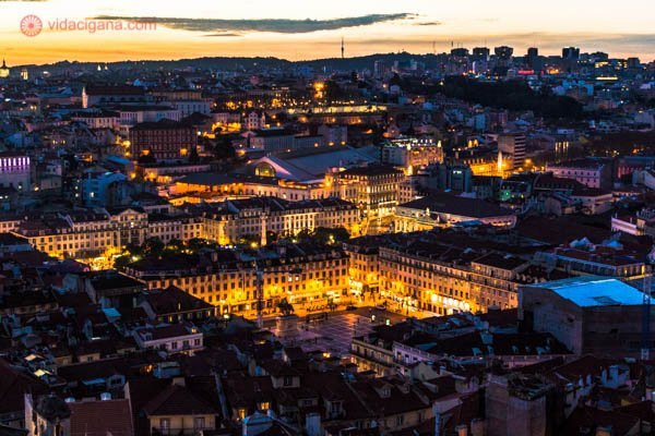 Lisboa vista do alto do castelo de são jorge, com suas ruas iluminadas no cair da noite, com seus prédios escuros e praças iluminadas. Lindo demais