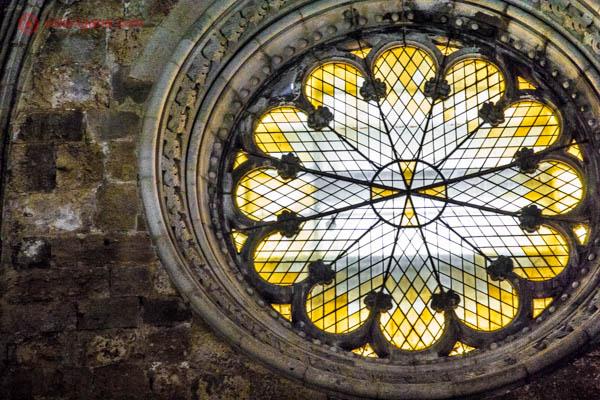 A roseta da igreja do Mosteiro dos Jerônimos em Lisboa com seus vitrais amarelos cravados na pedra.