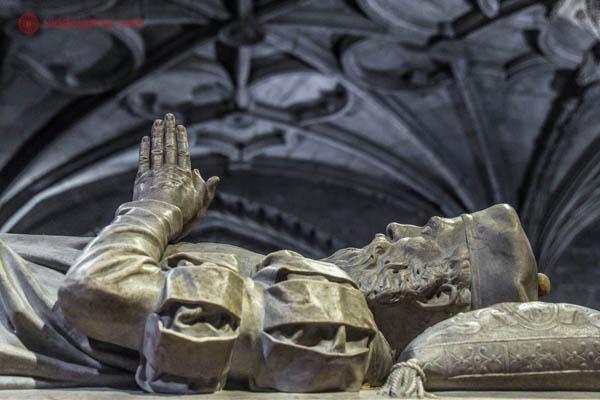 O túmulo de Camões, poeta português, dentro da igreja do Mosteiro dos Jerônimos em Lisboa. A escultura na superfície do túmulo é a figura de Camões deitada com as mãos juntas e para cima. A vestimenta é da época.