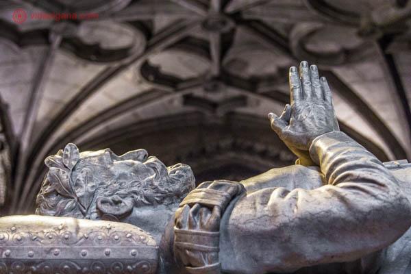 O túmulo de Vasco da Gama, navegador português que descobriu a rota para a Índia por via marítima. A figura no topo do túmulo é a figura do próprio Vasco da Gama, com a mãos unidas em cima do peito.