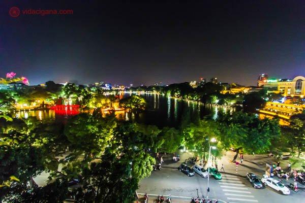 Onde ficar em Hanoi: A área urbana do French Quarter em Hanói, no Vietnã, com o lago ao seu fundo, e toda a sua margem iluminada pelas mais variadas lojas e prédios.