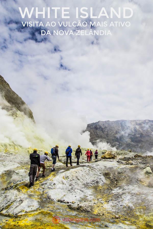 grupo de visitantes caminha em direção a uma das crateras da White island, um vulcão marítimo ainda ativo na Nova Zelândia