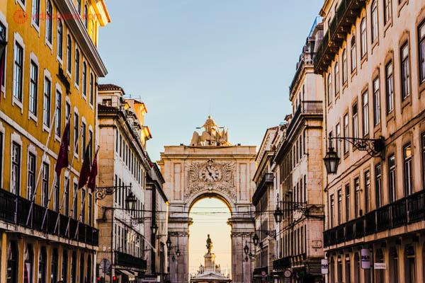 O que fazer em Lisboa: A Rua Augusta é das mais famosas de Lisboa, que começa no Arco Triunfal da Rua Augusta. Uma rua perfeita para caminhar, ir em bons restaurantes e fazer compras, pois lá ficam as lojas mais famosas.