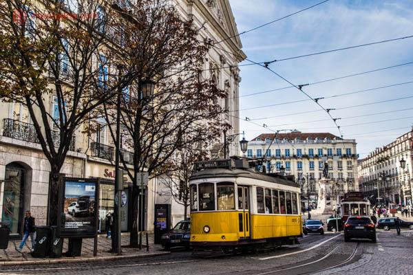 Eletrico amarelo em rua de Lisboa