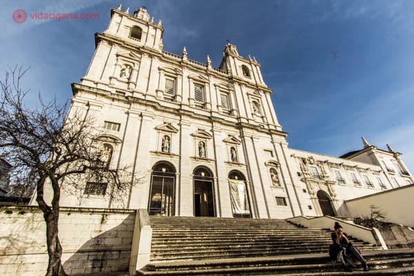 O que fazer em Lisboa: A Igreja de São Vicente de Fora é um dos pontos altos do bairro de Alfama, com sua arquitetura maneirista e lindo interior. Visitamos em um lindo dia ensolarado.