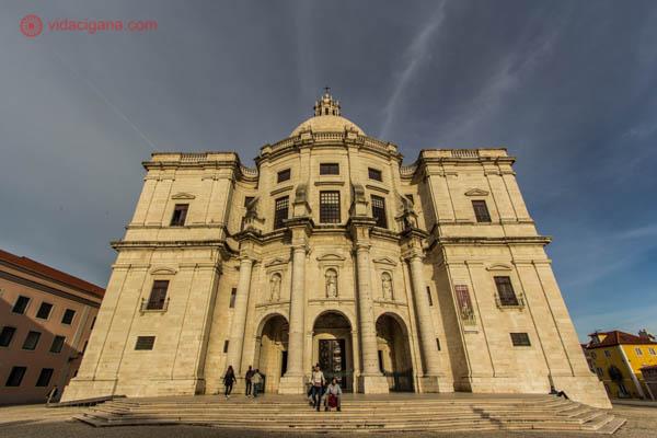 O que fazer em Lisboa: O lindo Panteão Nacional é a Igreja de Santa Engrácia, em Lisboa. Cheio de história e homenagens a heróis portugueses, esse monumento fica no meio de outras grandes atrações no bairro de Alfama.