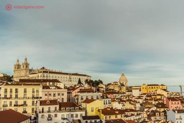 O que fazer em Lisboa: Uma das atividades a serem feitas em Lisboa é visitar seus inúmeros miradouros, ou mirantes para nós. Em Alfama os mais famosos são os de Santa Luzia e o da Senhora do Monte. De lá é possível ver as casas agrupadas, as telhas cor de ocre e o rio Tejo.