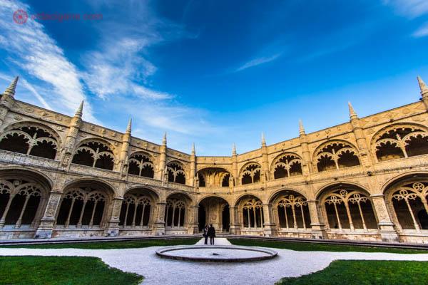 O que fazer em Lisboa: O Mosteiro dos Jerônimos é um dos edifícios mais incríveis de Lisboa. Maior exemplar do estilo manuelino, o mosteiro tem uma linda arquitetura. Na foto foi tirada no pátio interior do edifício no final de uma tarde ensolarada.