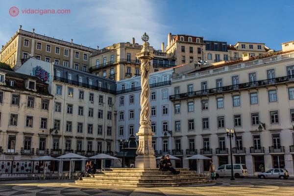 O que fazer em Lisboa: Passear pelas ruas da cidade é o melhor atrativo. Elas tem um charme como em nenhum outro lugar, com prédios únicos sobrepostos e cobertos de azulejos. Na foto um obeslisco bem diferente dos que vemos por aí em uma praça em Lisboa.