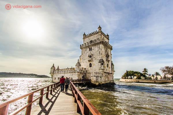 O que visitar em Lisboa: A Torre de Belém é um ponto turístico imperdível. Provavelmente é o local mais visitado por turistas em Portugal. Fica em Belém, dentro do Rio Tejo. Conseguimos visitá-la em um dia ensolarado.