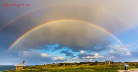 Foto tirada em Cape Leeuwin, entre Margaret River, Austrália e Albany, Austrália, um farol no lado mais ao sudoeste da Austrália. A foto foi tirada após um temporal, com dois arco-íris aparecendo no céu.
