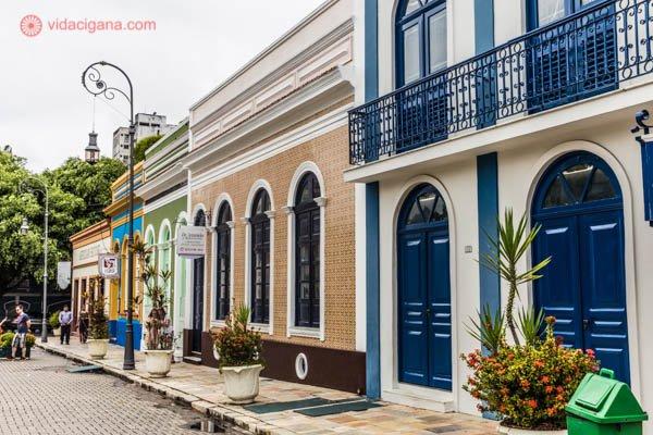 O que fazer em Manaus: O antigo casario colorido na Praça São Sebastião, no Centro Histórico de Manaus, com suas paredes coloridas, portas antigas.